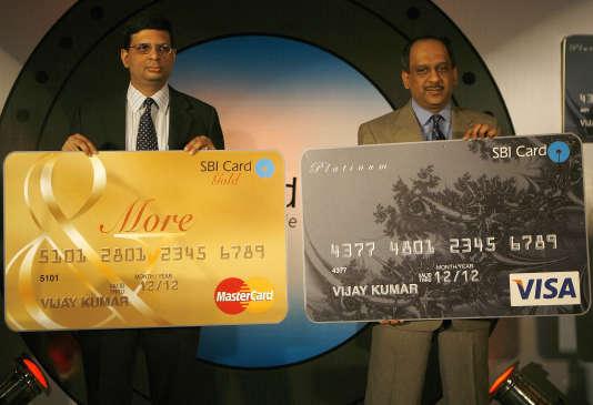 Deux hauts cadres de la State Bank of India (SBI), Nirupam Sahay (g) et Roopam Asthana (d), lors du lancement de cartes de crédits par SBI à New Delhi, le 9 août 2007.