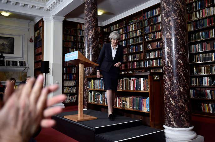 Theresa May après son discours de campagne au Royal United Services Institute, un think tank spécialisé dans la défense, à Londres, lundi 5 juin.