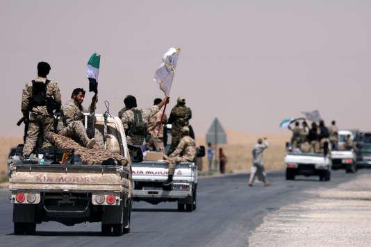Des combattants des Forces démocratiques syriennes (FDS) en route vers Rakka, en Syrie, le 6 juin.