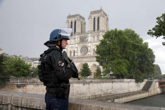 Un gendarme français en armes à proximité du lieu de l'attaque de Notre-Dame, le 6 juin 2017.