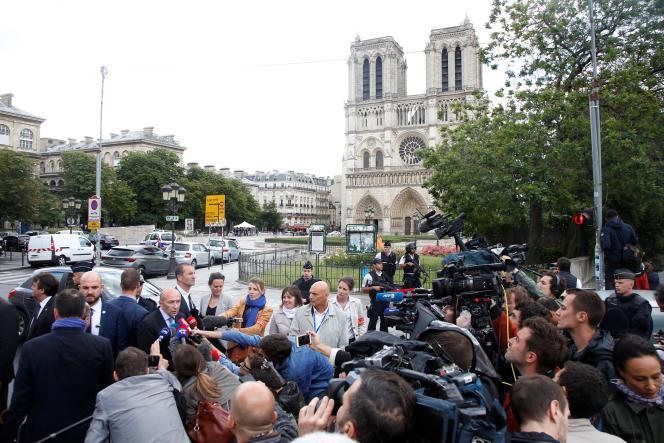 Le ministre de l'intérieur, Gérard Collomb, devant la cathédrale Notre-Dame-de-Paris, mardi en fin de journée.