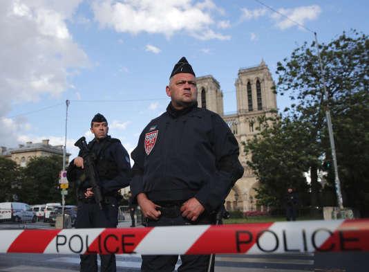 La police a bloqué l'accès au parvis de la cathédrale à la suite de l'agression d'un policier, le 6 juin.