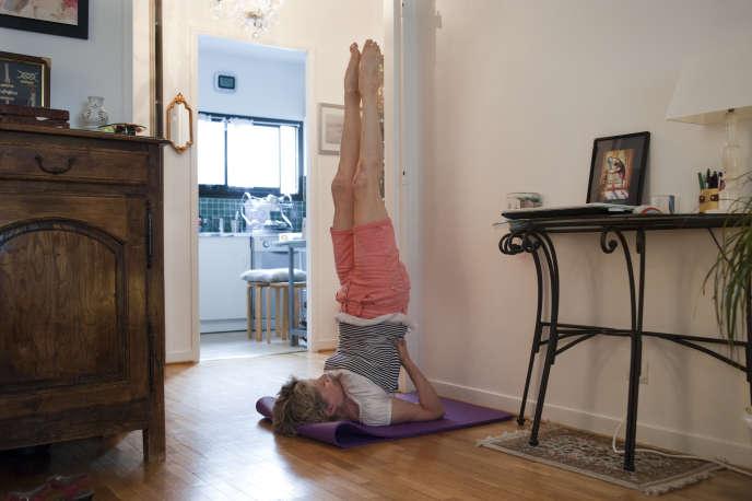 Clotilde Nonnez, professeure de yoga, pratiquela chandelle pour désencombrer ses bronches, chez elle, à Paris le 2 juin.