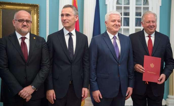 Le ministre des affaires étrangères du Monténégro, Srdjan Darmanovic, le secrétaire général de l'OTAN, Jens Stoltenberg, le premier ministre du Monténégro, Dusko Markovic, et le sous-secrétaire d'Etat aux affaires politiques, Thomas A. Shannon Jr, posent au département d'Etat américainlors de la cérémonie officielle d'intégration du Monténégro à l'Alliance atlantique, à Washington, le 5 juin.