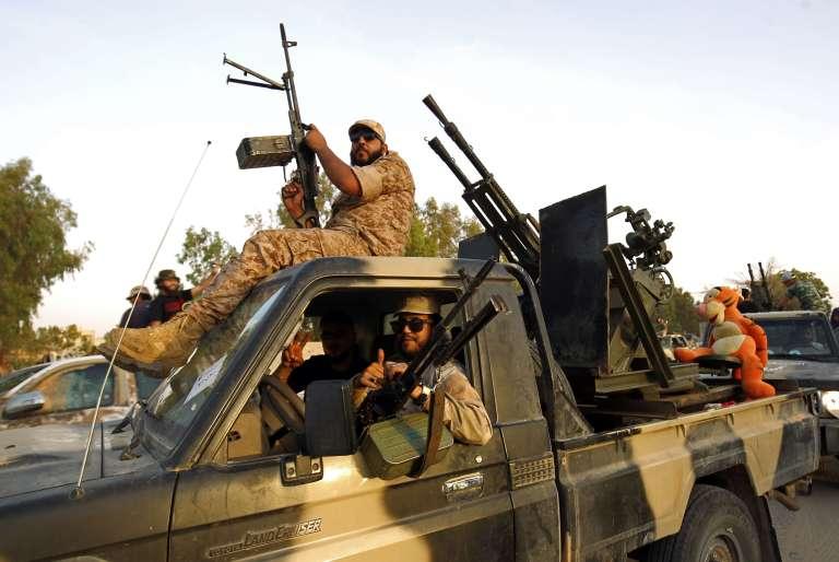 Des membres de la brigade Salah Bou-Haliqa brigade, loyale à l'homme fort de l'est libyenKhalifa Haftar, célèbrent le 5 juin 2017 à Benghazi une bataille victorieuse. Haftar s'appuie aussi sur des mercenaires soudanais du Darfour.