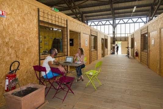 Le Hangar du karting, un des sites vacants sur l'île de Nantes voués à la démolition ou à la transformation, où la Samoa offre à de jeunes entreprises de la création et de la culture des bureaux à des loyers planchers.