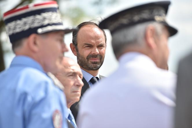 Le ministre de l'intérieur Gérard Collomb et le premier ministre Edouard Philippe, lors d'un déplacement àHordain (Nord), le 5 juin.