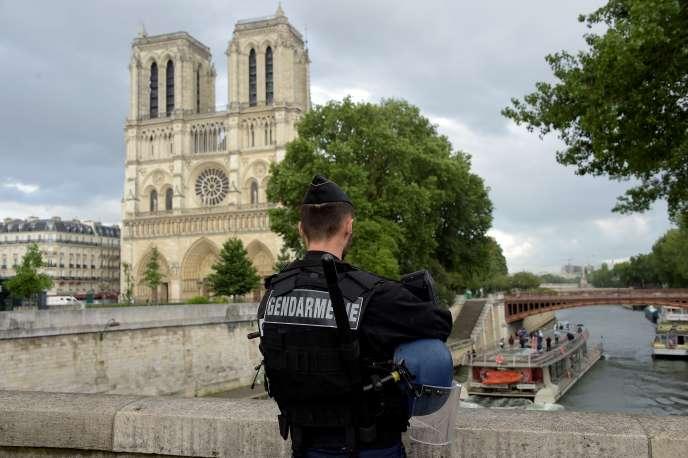 Un gendarme devant Notre-Dame, à Paris, le 6 juin.