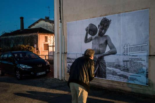 Le temps du festival, le collectif de photojournalistes Dysturb recouvrira les murs de Couthures de photos d'actualité (ici, une photo de Michael Bunel montrant un jeune réfugié afghan à Belgrade).