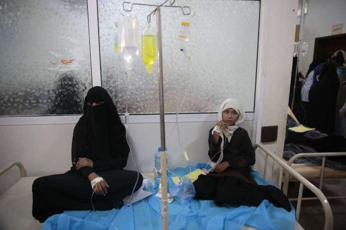 De jeunes filles sont traitées contre le choléra, dans un hôpital de Sanaa (Yémen), le 15 mai.