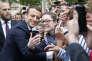 Le président Emmanuel Macron lors d'un bain de foule près de l'Arc de triomphe, à Paris, le 3 juin.