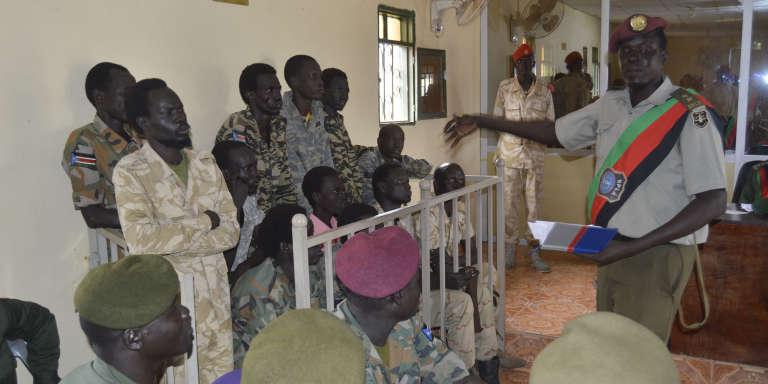 Les treize soldats sud-soudanais accusés de viols, dont plusieurs en réunion, de nombreuses femmes et du meurtre d'un journaliste en juillet 2016 au tribunal de Juba à l'ouverture de leur procès, le 30 mai 2017.