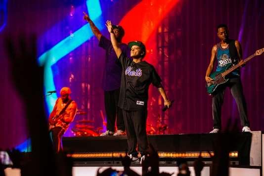 Bruno Mars (centre) lors de son concert donné le 6 juin à l'AccorHotels Arena de Paris.