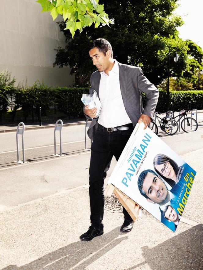 Antoine Pavamani,La République en marche, va défier Nicolas Dupont-Aignan dans la 8e circonscriptionde l'Essonne (Yerres-Montgeron-Brunoy),le fief du président de Debout la France.Ici le 31 mai dansles rues de Yerres.