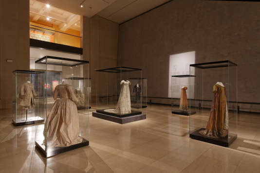 Collections de costumes hitoriques parmi les 2,5 millions de pièces du musée des tissus.