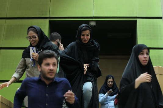 Des femmes au parlement à Téhéran pendant l'attaque le 7 juin.