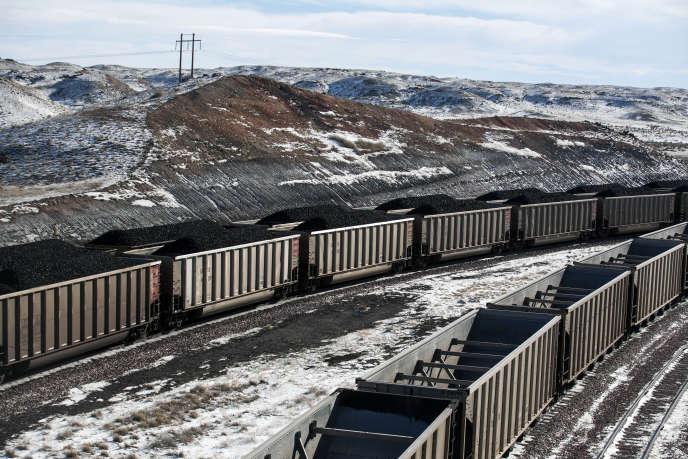 Des trains sont chargés de charbon dans une mine au nord de Douglas, dans le Wyoming, en janvier 2014.