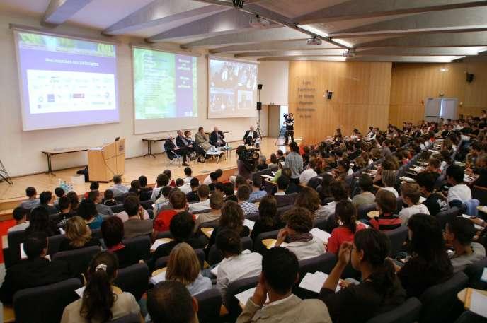 L'Ecole supérieure de chimie, physique,électronique de Lyon (CPE Lyon), de statut associatif, délivre un diplôme d'ingénieur de«grade» (niveau) master. Seuls les établissements publics puvent délivrer le Diplôme national de master (DNM)