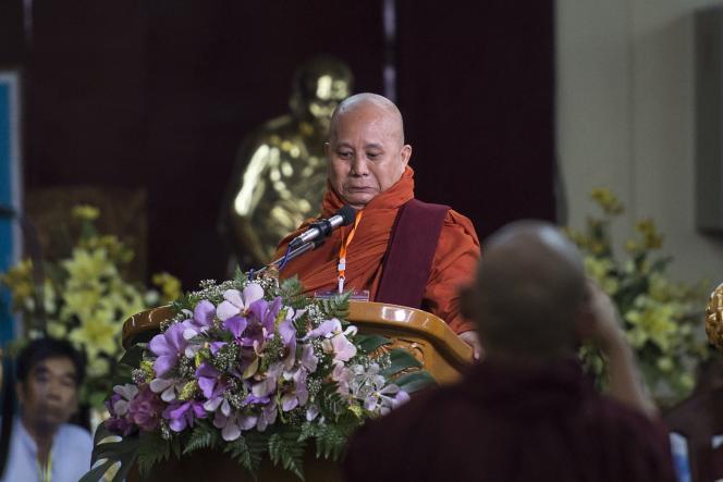 Ashin Wirathu, lors d'une réunion consécutive à l'interdiction de son mouvement, le 27 mai à Rangoun.