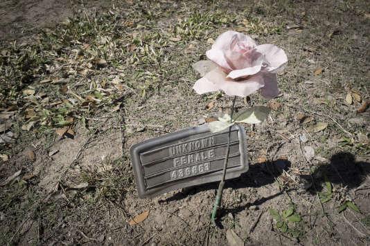Une tombe sur laquelle est écrit « femme inconnue».