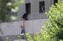 Un jeune garçon évacué pendant l'attaque du Parlement iranien le 7 juin à Téhéran.