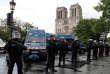Des policiers surveillent les abords de la cathédrale Notre-Dame de Paris après l'incident, le 6 juin.