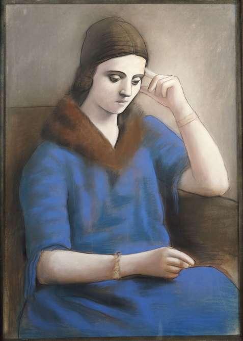 «Au début des années 1920, Picasso multiplie les portraits de facture classique où Olga, immobile, adopte une attitude pensive. La grande mélancolie de ces images, souvent associée au thème de la lecture, fait écho aux correspondances inquiètes que la danseuse entretient avec sa famille, restée en Russie.»