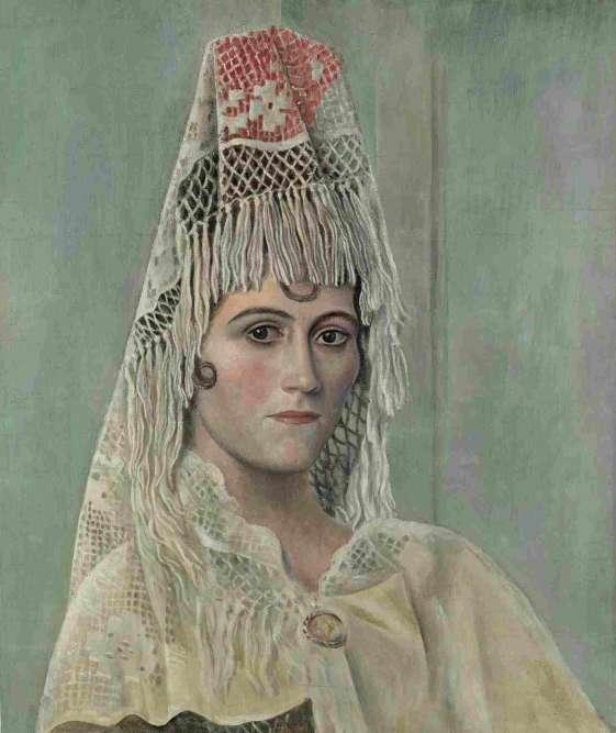 """«""""Olga à la mantille"""" est l'un des tout premiers portraits d'Olga, que Picasso a rencontrée lors de son séjour à Rome en 1917. L'artiste la dépeint avec naturalisme et distance, en la dotant significativement d'une coiffe catalane, accessoire typique du costume traditionnel espagnol, improvisé à partir d'un napperon de guéridon.»"""