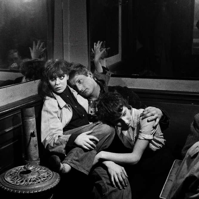 Ed van der Elsken, figure singulière à laquelle le Jeu de paume consacre une grande rétrospective, a composé un livre en forme de roman-photo, avec des images qu'il a prises de ses amis, ses « âmes sœurs » de la marge, jeunes désœuvrés, mineurs en cavale, artistes sans le sou et sans papiers, dans le Paris des années 1950. Ici,Vali Myers et Auguste Hommel, café Chez Moineau, Paris (1952-1954).