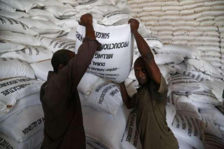 Des travailleurs manipulent des sacs de céréales dans un dépôt à Adama, le plus grand d'Ethiopie, prévu en cas d'urgence et de sécheresse.