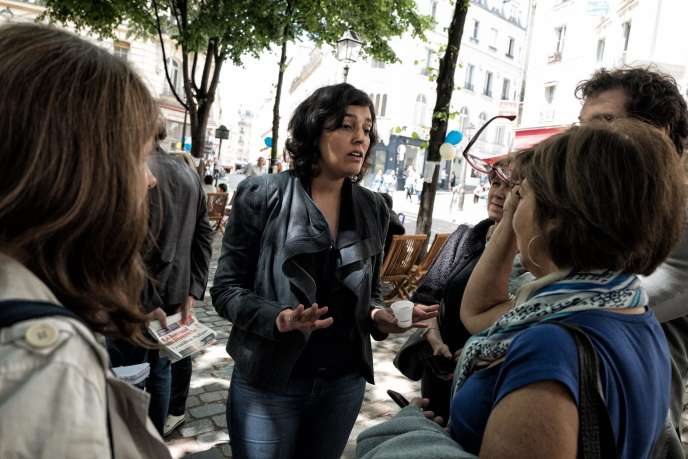 L'ex-ministre du travail Myriam El Khomri, candidate aux élections législatives dans la 18e circonscription de Paris, rencontre des habitants, le 21 mai, lors d'une fête de quartier place Charles-Dullin à Paris.