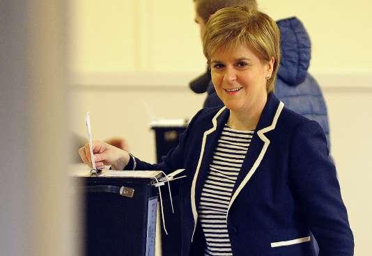 La première ministre écossaise Nicola Sturgeon vote lors des législatives, à Glasgow le 8 juin 2017.
