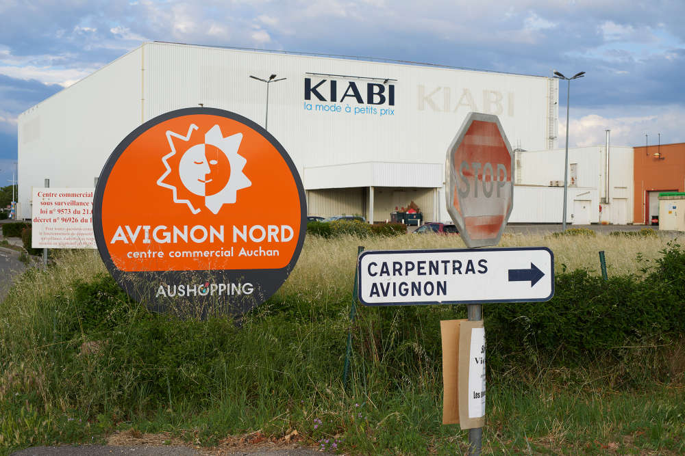Les habitants qui l'ont toujours connue continuent d'appeler la zone commerciale«Auchan Le Pontet», en référence à l'hypermarché, première enseigne sortie de terre au milieu des années 1970 avant que la zone ne s'agrandisse. Elle se situe en effet en partie sur la commune du Pontet, en banlieue nord d'Avignon.