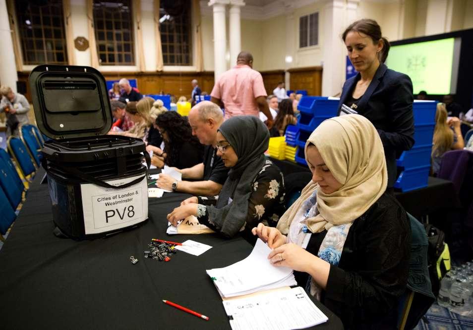 L'équipe du centre de Westminster Central Hall compte les bulletins de vote à Londres.