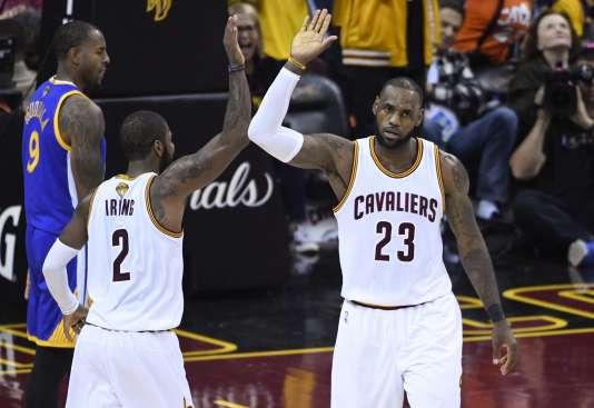 LeBron James et Kyrie Irving sous le maillot de Cleveland, en juin 2017.