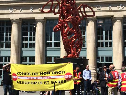 Jeudi 8 juin, des taxis se sont rassemblés à l'appel d'une intersyndicale de taxis parisiens devant la gare du Nord. Ils dénoncent les «zones de non-droit» que seraient devenus les gares et les aéroports.
