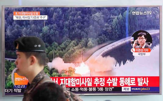 Un soldat sud-coréen devant un journal télévisé évoquant les tirs de missiles nord-coréens, jeudi 8 juin, à Séoul.