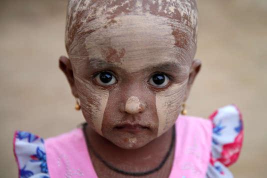 Une fillette rohingya dans un camp de réfugiés près de Kyaukpyu, dans l'est de la Birmanie, le 17 mai.