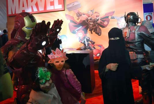 Des enfants saoudiens posent avec un homme déguisé en Iron Man durant le Comic-Con organisé à Djedda, le 16 février 2017.