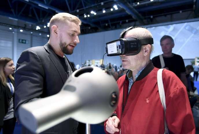 Test de casque de réalité augmentée dans les locaux de l'entreprise finlandaise Nokia à Helsinki, le 23 mai 2017.