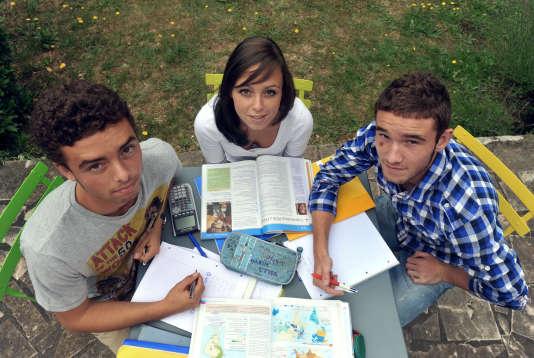 Des triplés en révision du baccalauréat, en juin 2011. AFP PHOTO / ALAIN JOCARD