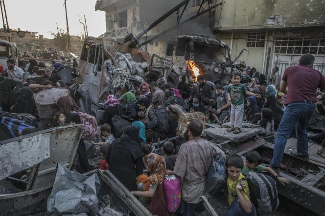 Le 2 juin 2017, à Mossoul. Des centaines de civils épuisés fuient les derniers quartiers tenus par l'EI.