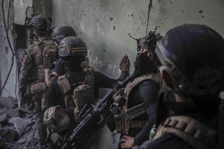 Les hommes sont tendus, les combattants ennemis n'hésitent pas à faire des attaques-suicides et, des trois maisons reprises en une heure, deux étaient piégées.
