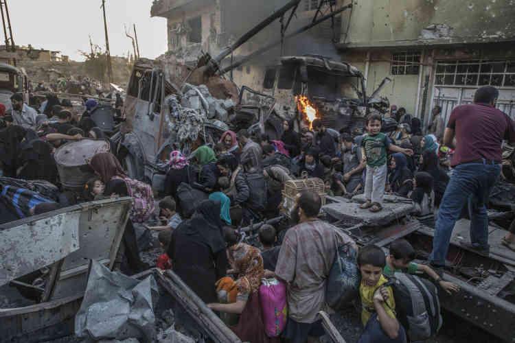 Des centaines d'habitants épuisés fuient Ban Sinjar, Zingjili et Abi Tamam, des quartiers de Mossoul encore aux mains de l'EI. Ils traversent la ligne de front dans le fracas des bombes et des échanges de tirs nourris pour rejoindre le quartier d'Al-Sahah, qui est en train de passer sous contrôle des forces spéciales irakiennes.