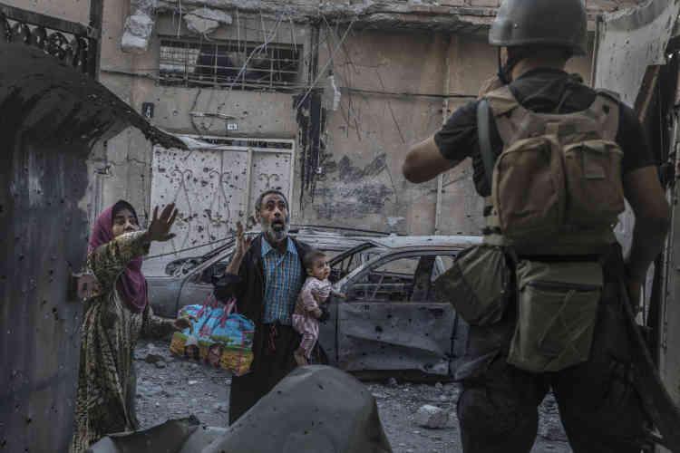 Soudain, dans les explosions de bombes et les tirs nourris de la rue, ce ne sont pas des combattants de l'EI qui apparaissent mais des civils en panique.