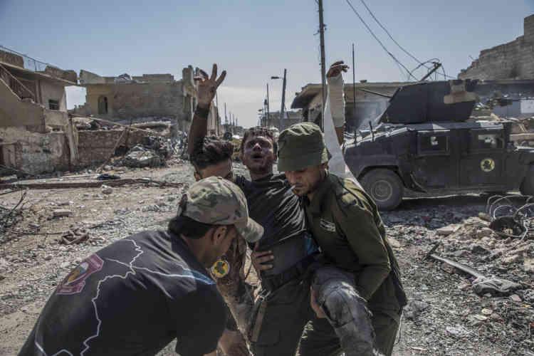 Un combattant de la première brigade des forces spéciales irakiennes blessé sur le front de Zingjili, un des derniers quartiers de Mossoul contrôlés par le groupe Etat islamique (EI) au nord de la vieille ville.