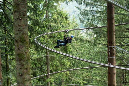 Une tyrolienne entre les arbres, façon montagnes russes.