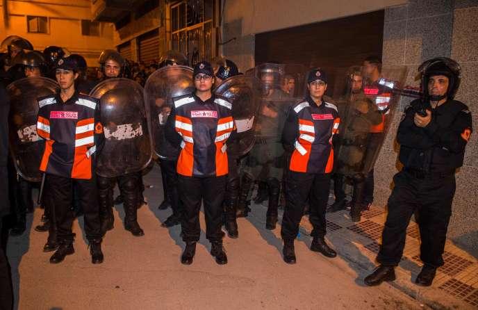 Des manifestations nocturnes quotidiennes se déroulaient depuis une douzaine de jours dans ce quartier, mais jusqu'à présent sans violence et après la rupture du jeûne du ramadan.