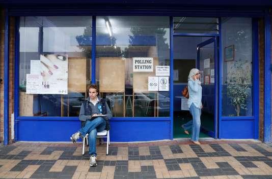 Un bureau de vote à Oxford, dans l'ouest de Londres.