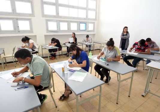 Des lycéens tunisiens passent le baccalauréat, le 4 juin 2014.